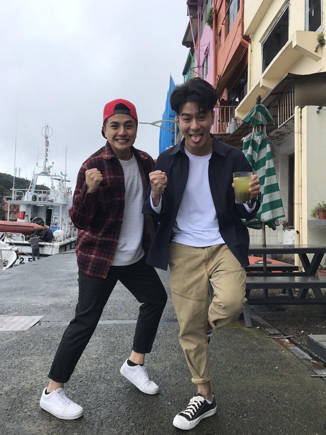 曾子余(左)和郭彥均過年接到工作電話,開春就赴基隆出外景。記者葉君遠/攝影