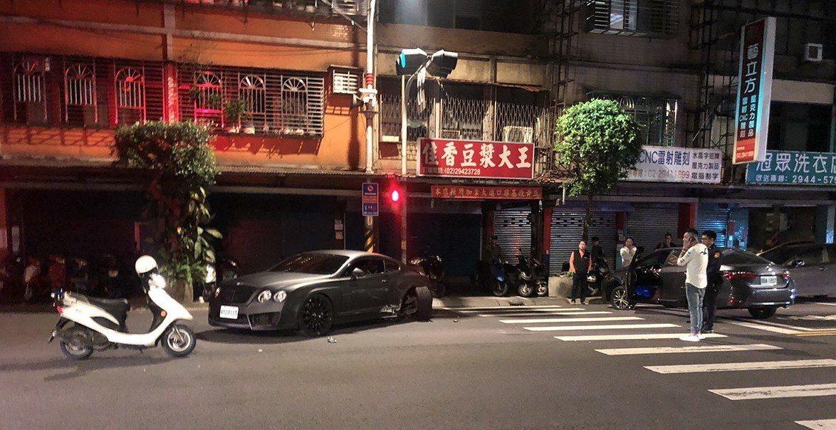 國內知名醫美集團CEO黃姓男子今年2月7日凌晨駕駛賓利汽車,遭對向車道豐田汽車逆...