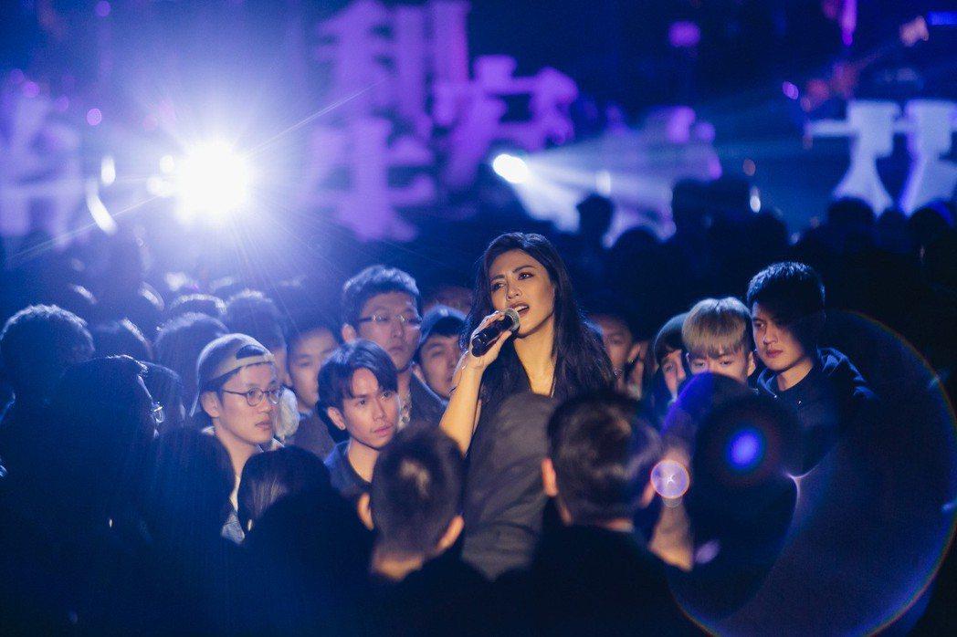 艾怡良推出新歌「給朱利安」MV。圖/EMI提供