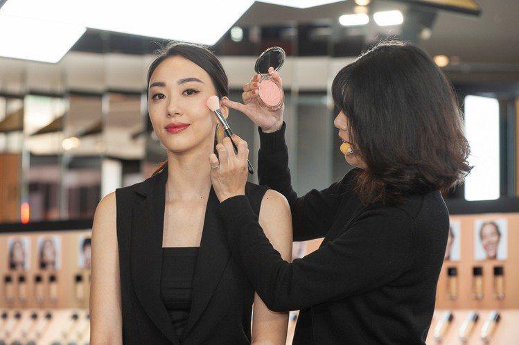 Dior在快閃店,搶先獨賣迪奧輕透光燦礦物蜜粉餅戀戀織光限量版。圖/迪奧提供