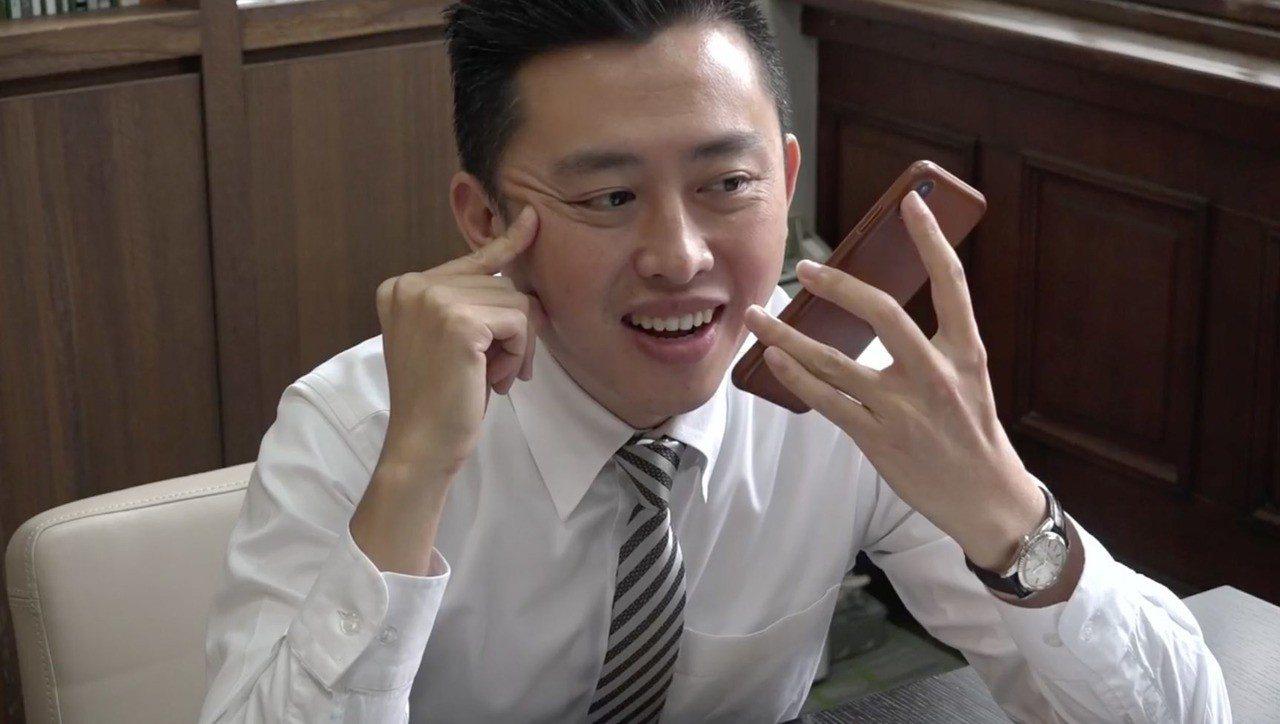 新竹市長林智堅今天在臉書上,打電話向妻子示愛。圖/取自林智堅臉書影片