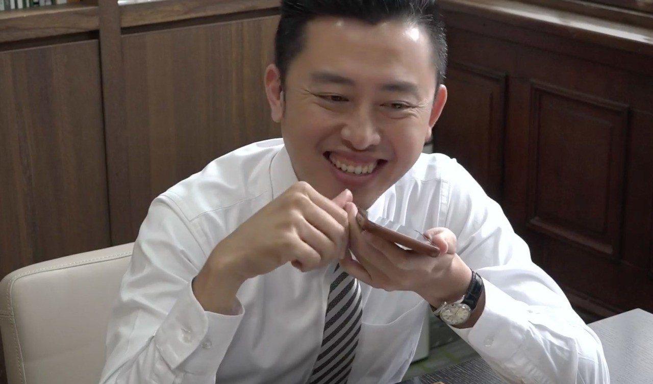 新竹市長林智堅今天在臉書上,打電話給妻子準備示愛,想不到接起電話是小女兒,開口就...
