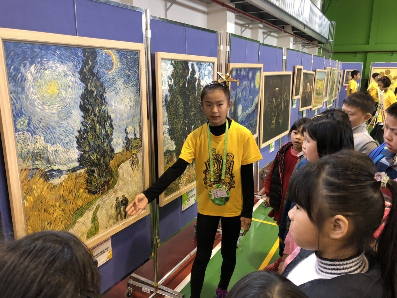 多年國小今天辦成果展,學生擔任藝術小尖兵導覽梵谷的經典畫作,每個人都講得生動有趣...