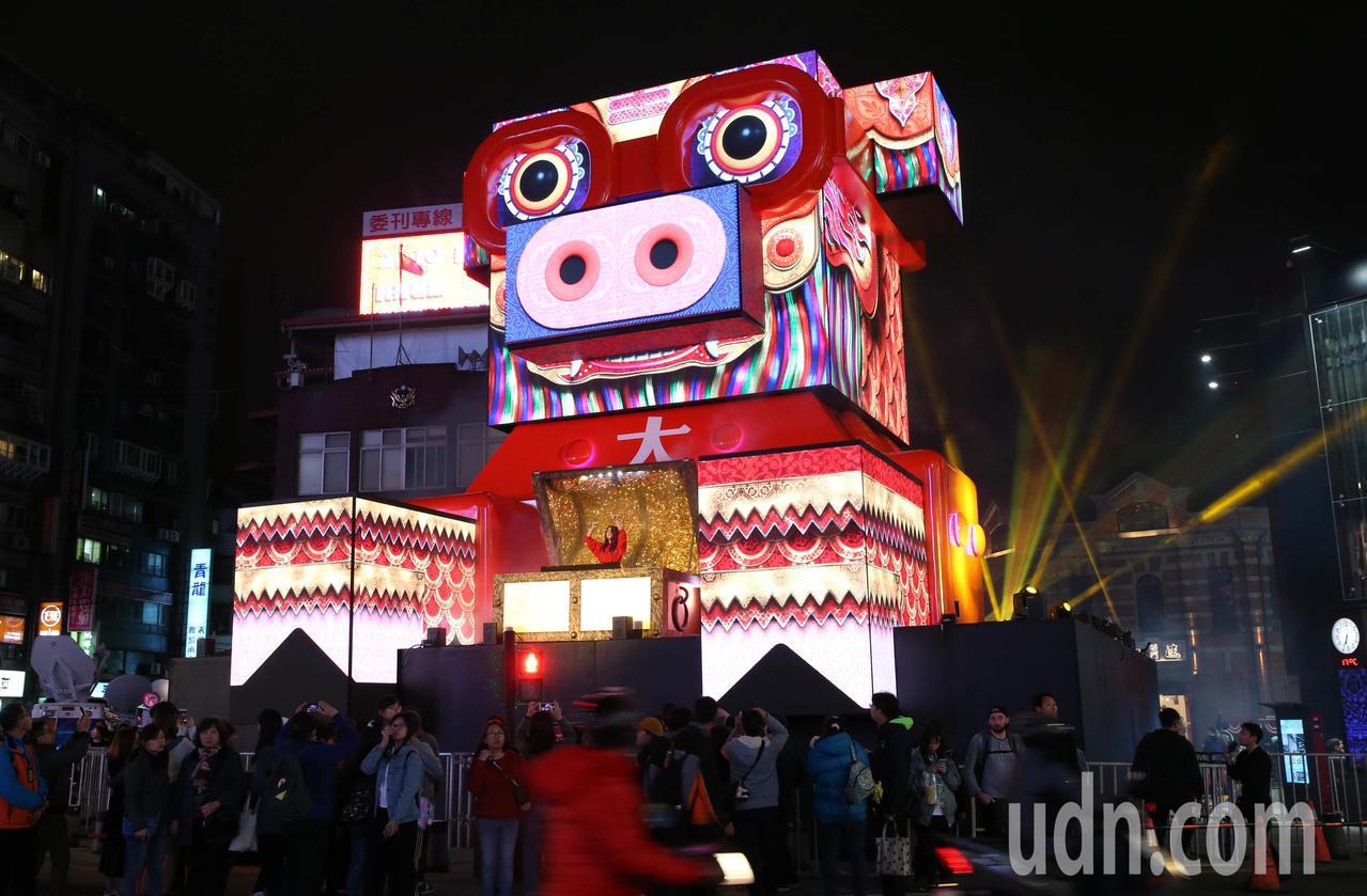 2019台北燈節主燈「百變豬寶亮晶晶」試燈。記者林俊良/攝影
