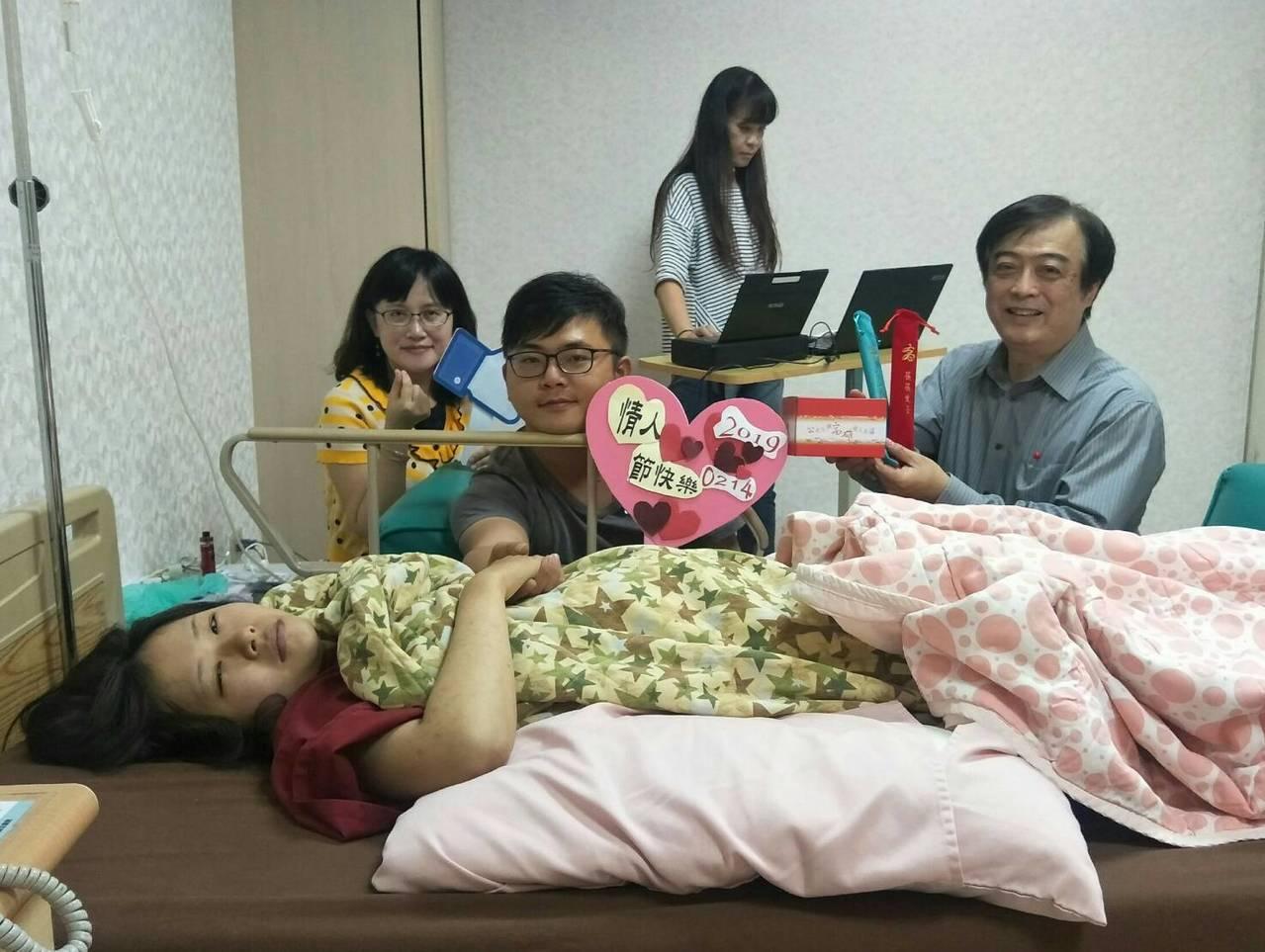 高市大寮區戶政事務所今下午親自到樂生醫院為新人蔡先生(左二)和王小姐(前排躺著)...