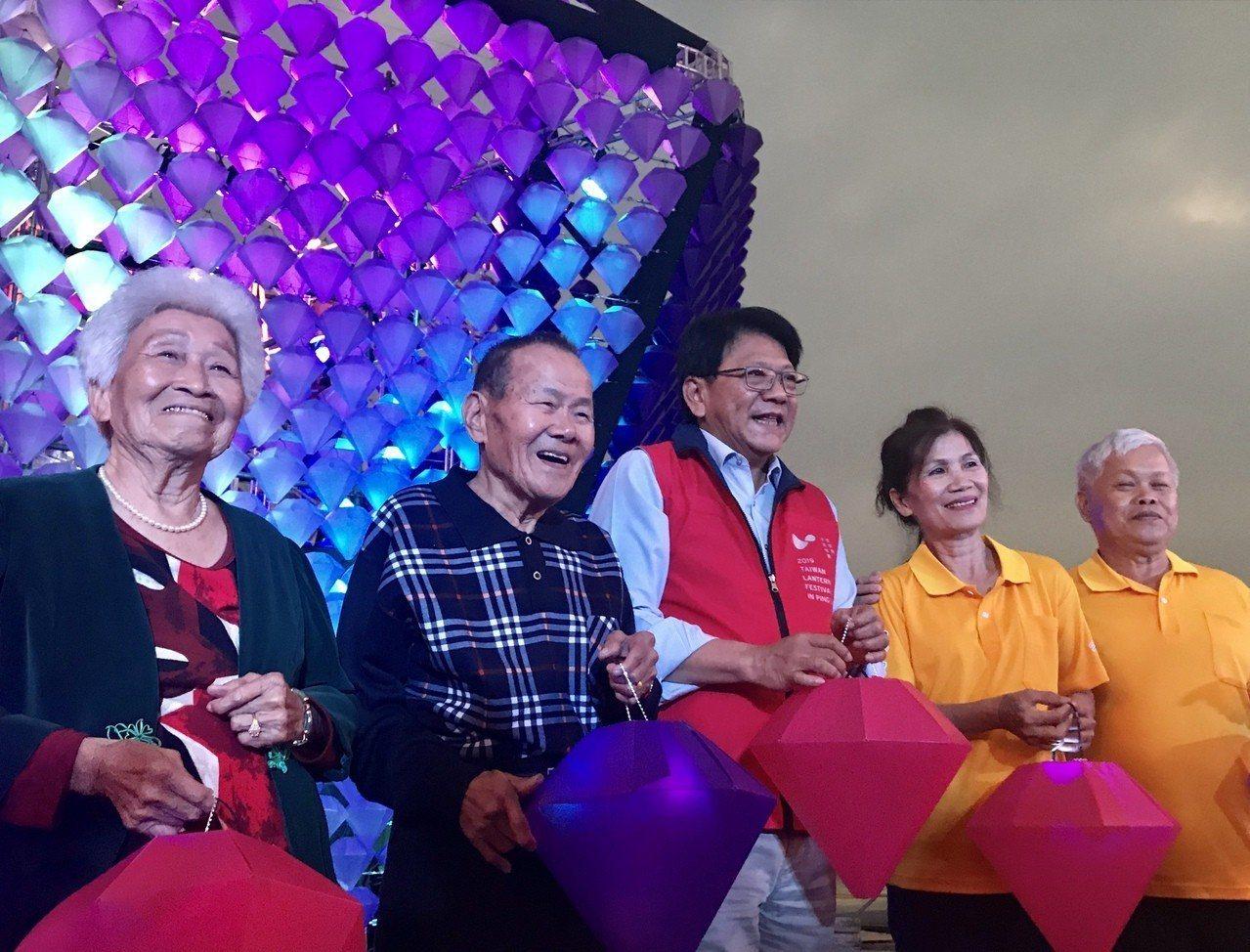 「萬歲好鑽」主燈由屏東縣內1000名長者,共同製作3000盞鑽石小燈組成8米高巨...