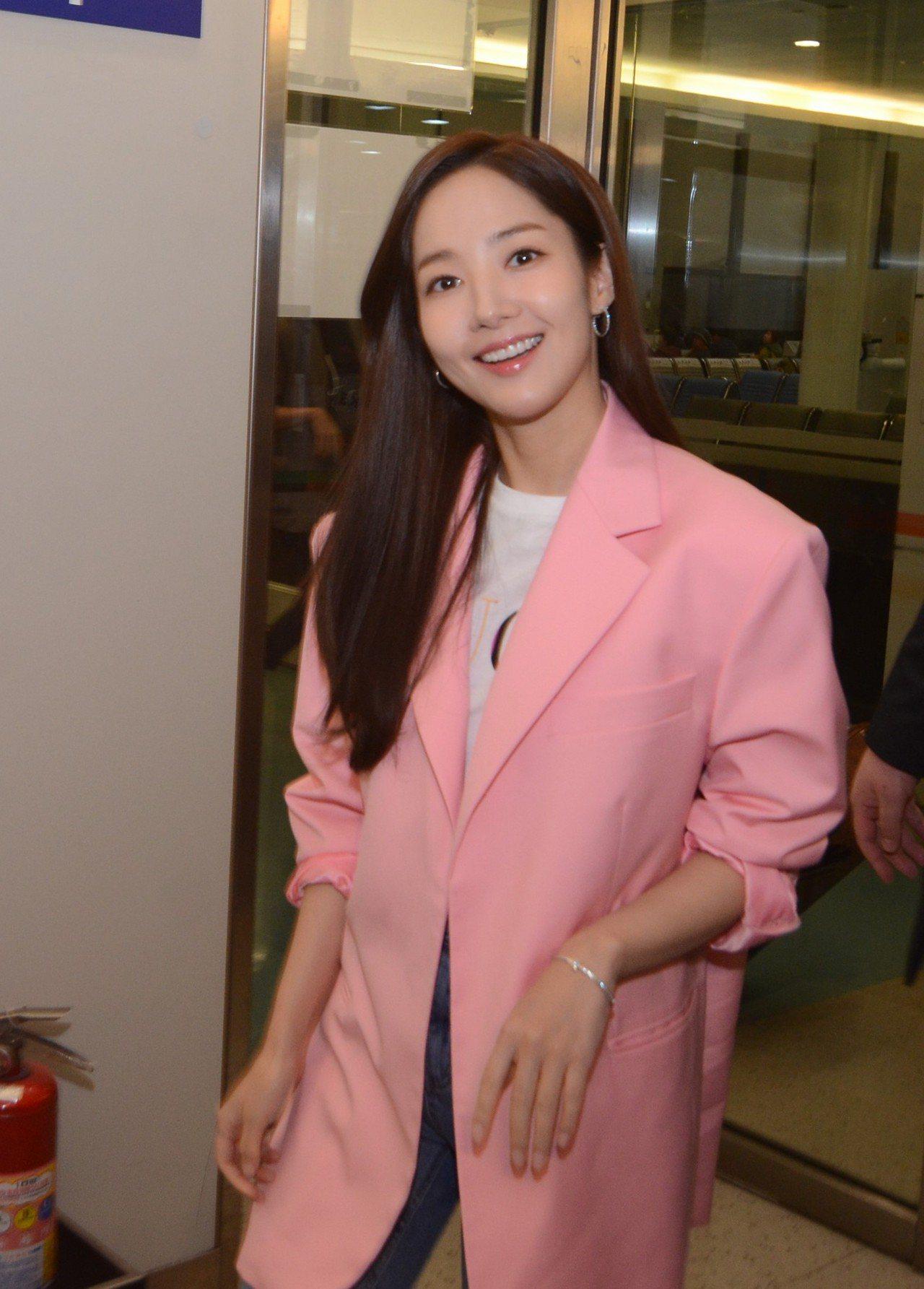 韓國女星朴敏英一身粉嫩情人節晚上抵達台灣。圖/Tiffany & Co.提供