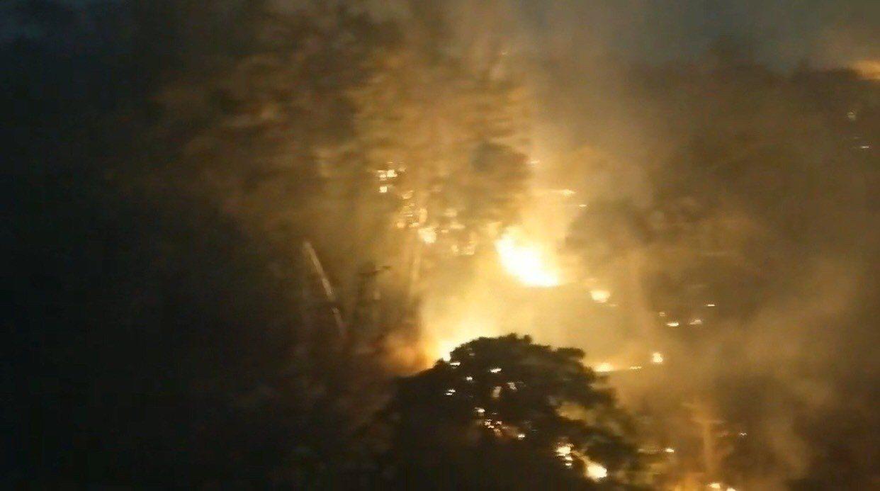 彰化市岸頭巷山區今天下午2時許,陸續傳出山林火警,加上強風助勢,煙灰四散,引發多...