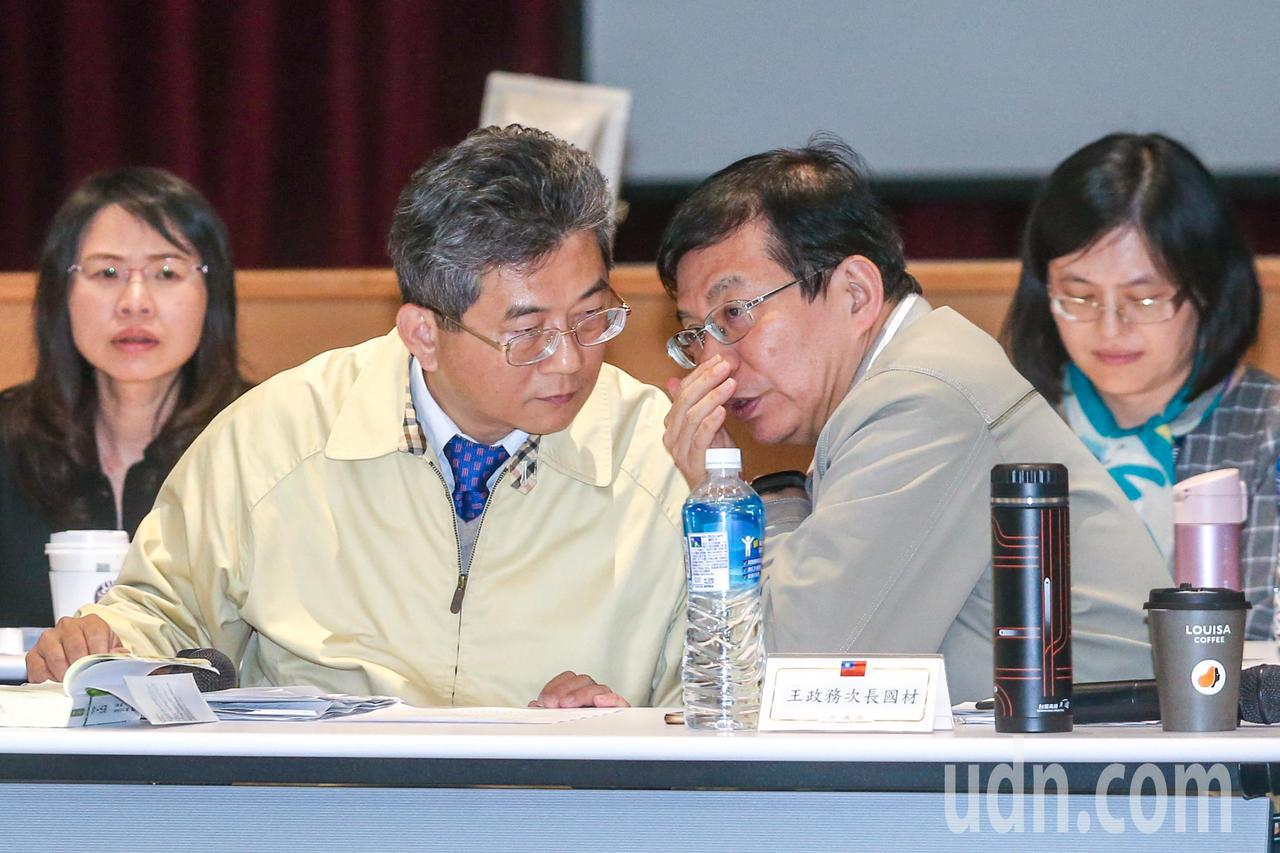 勞動部次長劉士豪(左)與交通部次長王國材(右)在座談中交頭接耳。記者鄭清元/攝影