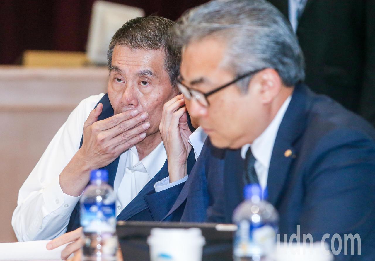 華航總經理謝世謙(左)與資方代表交換意見。記者鄭清元/攝影