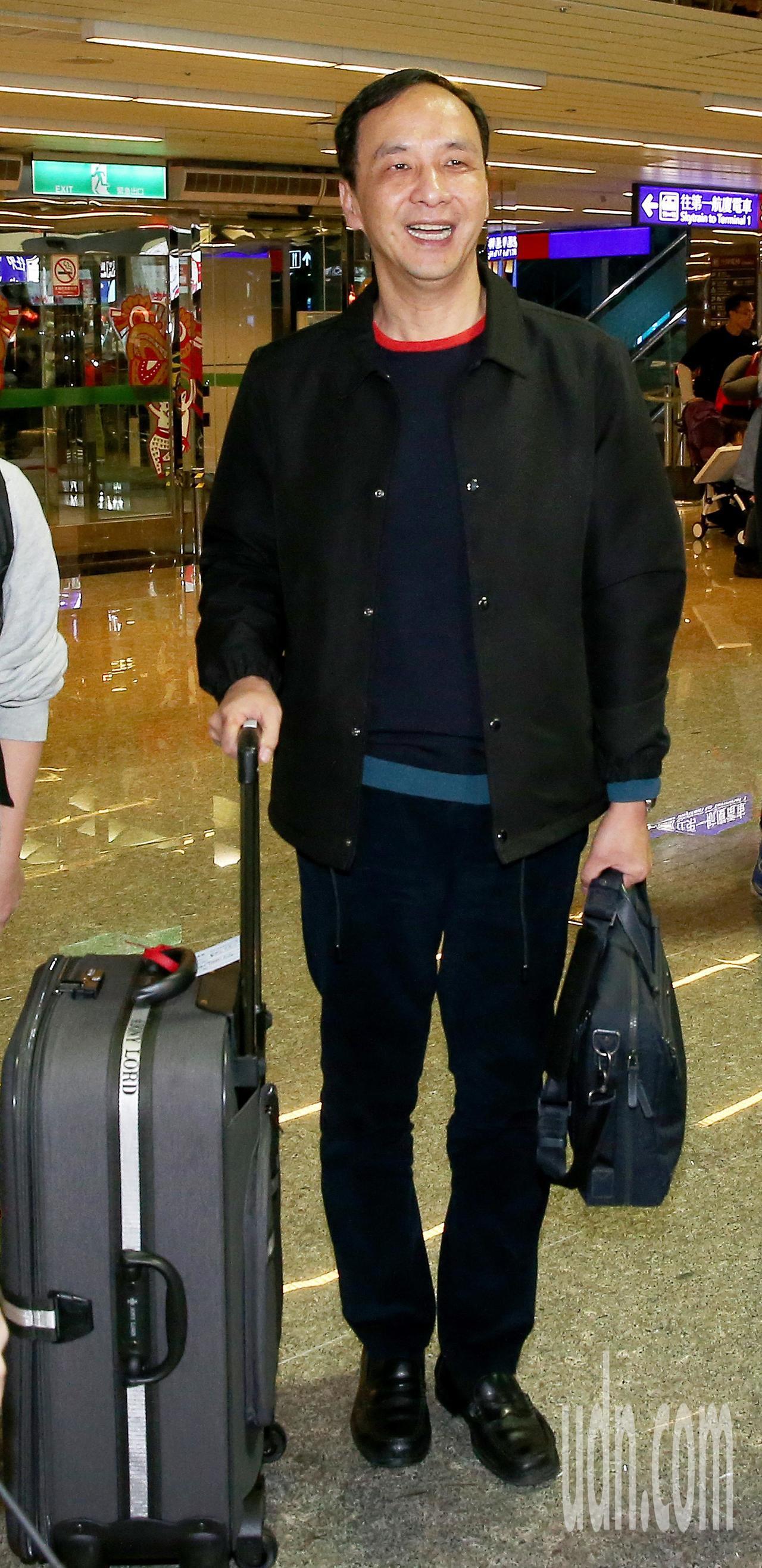 前新北市長朱立倫率團,14日深夜搭乘長榮航空公司班機前往美國舊金山等地訪問。記者...