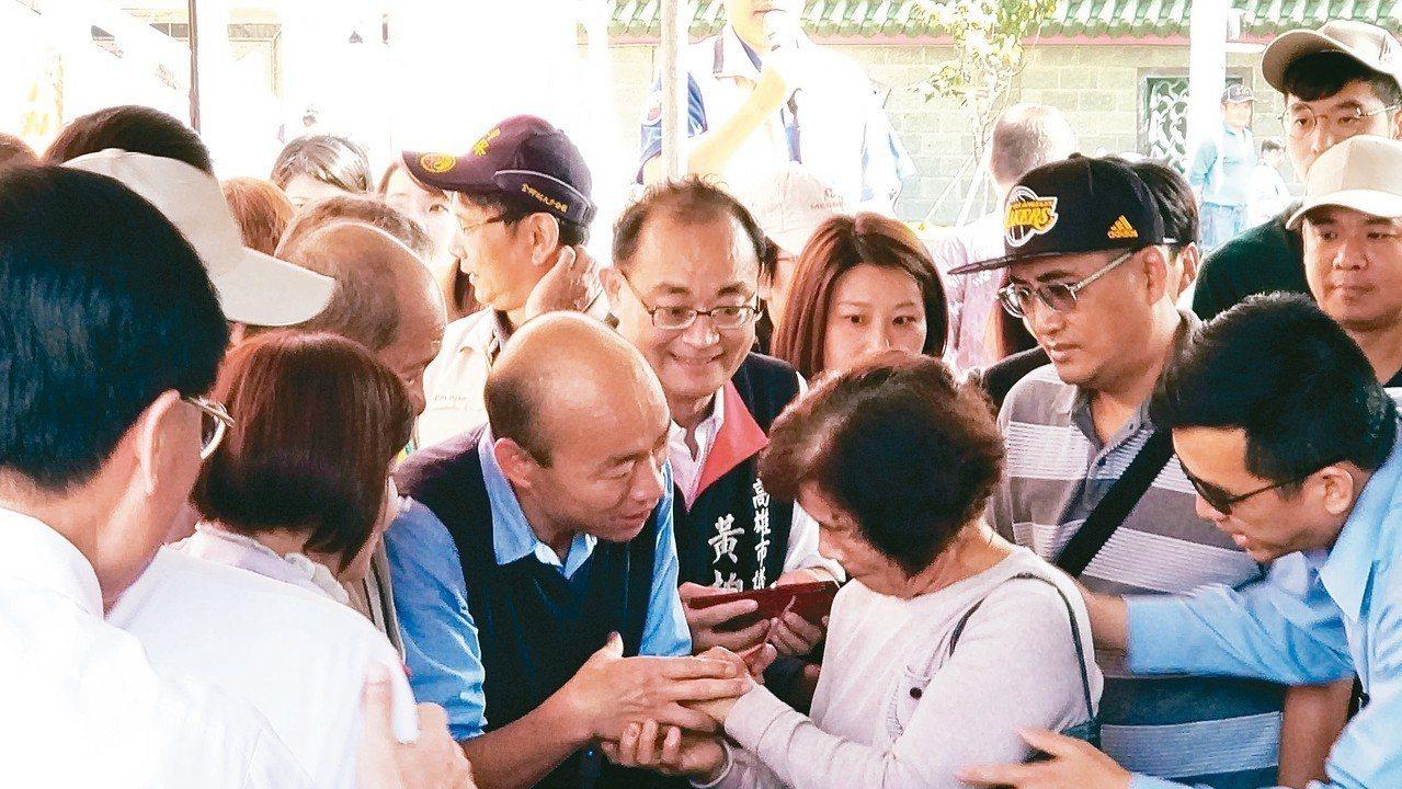 農產外銷創下廿年來新高,高雄市長韓國瑜(左三)昨天反問行政院長蘇貞昌,為何農漁民...