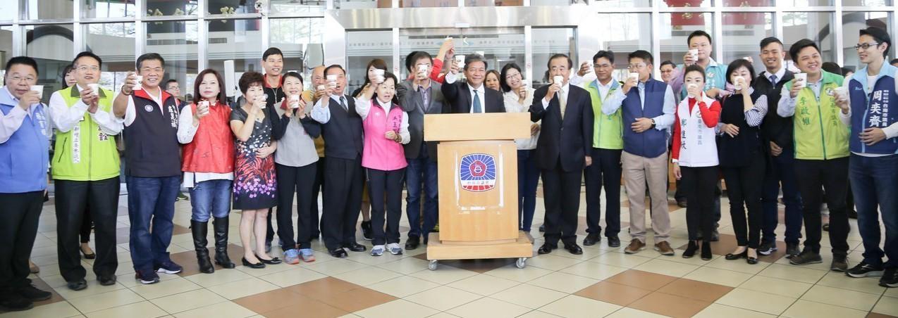 台南市議會昨舉辦新春團拜,台南市議長郭信良(前排左十)與30多名議員出席,未來要...