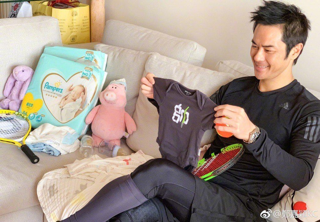 鄭嘉穎開心當爸。圖/摘自微博