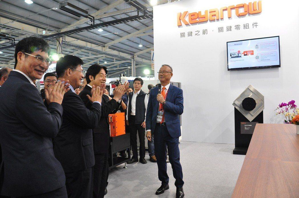 引興董座王慶華(拿麥克風者)在2018年台中工具機展說明該公司設計流程從2天變成...