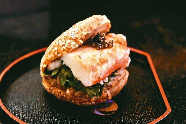 都一處芝麻醬燒餅搭配蟹肉及魚子醬讓燒餅也可以華麗。 圖/MT