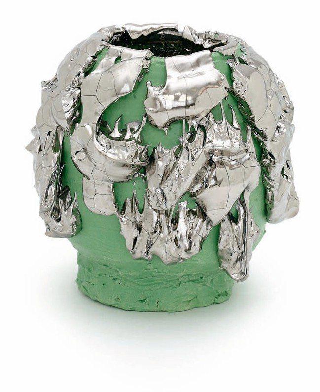 LOEWE工藝獎中的日本茶碗,以瓷、釉、顏料、白金、鋼組成。 圖/各品牌提供