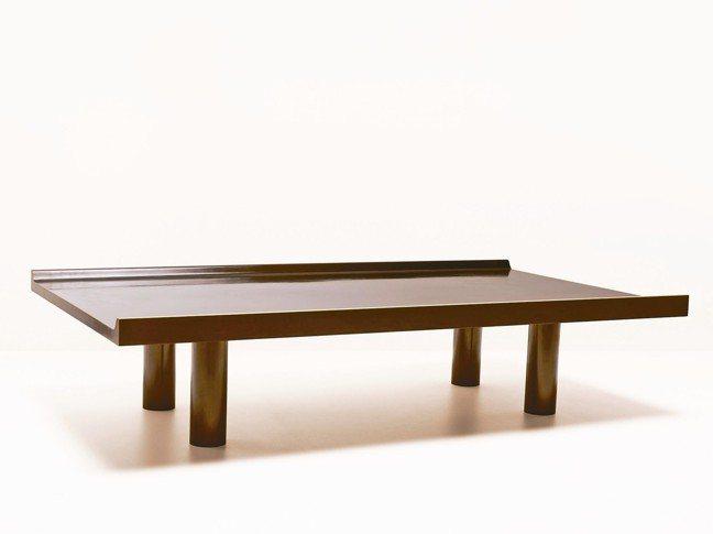 AES系列咖啡桌是以單一模鑄成的青銅製作而成。 圖/愛馬仕提供