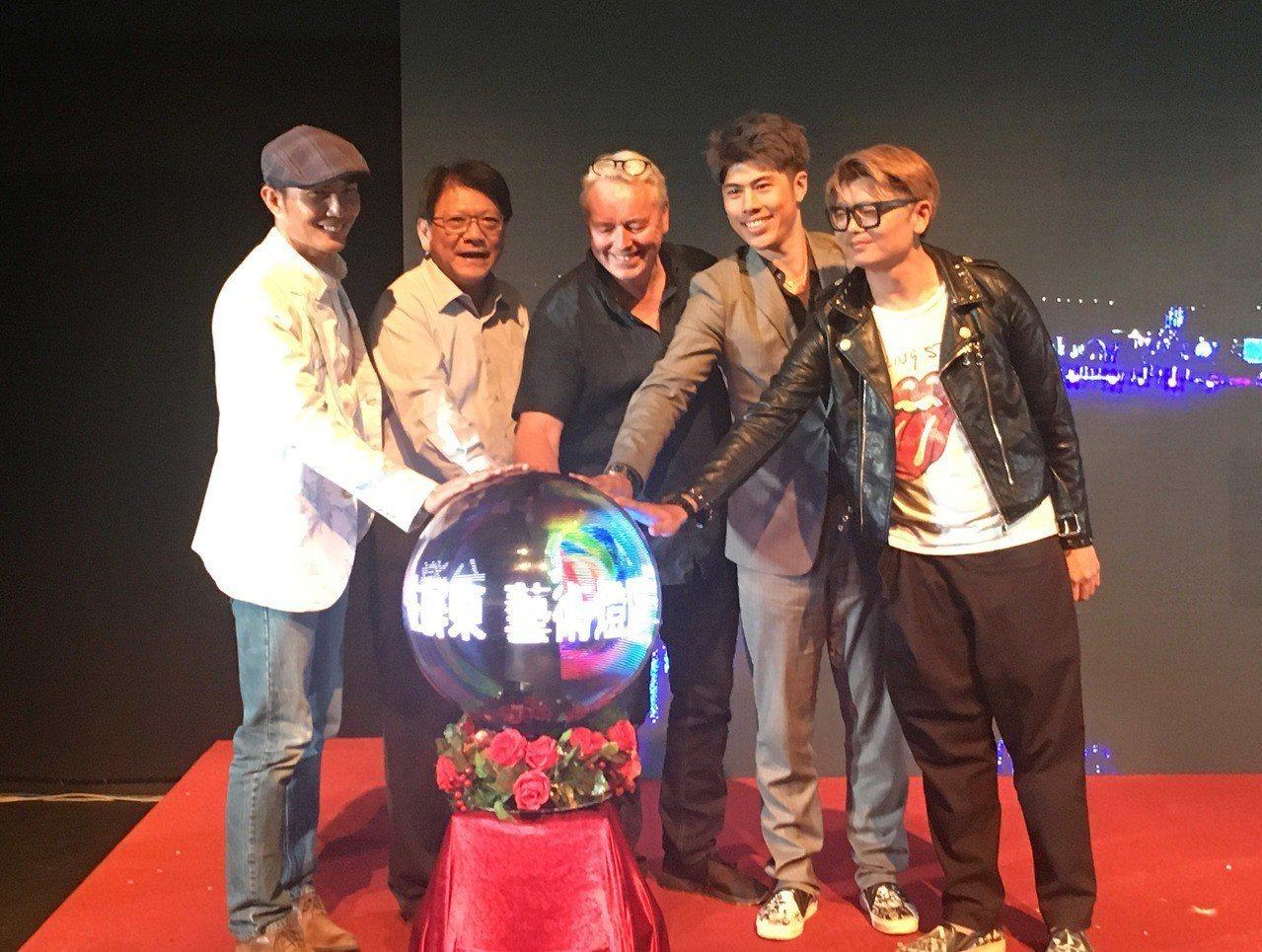 台灣燈會15日試營運,「藝術燈區」由21名國內外藝術家跨國合作,縣長潘孟安(左2...
