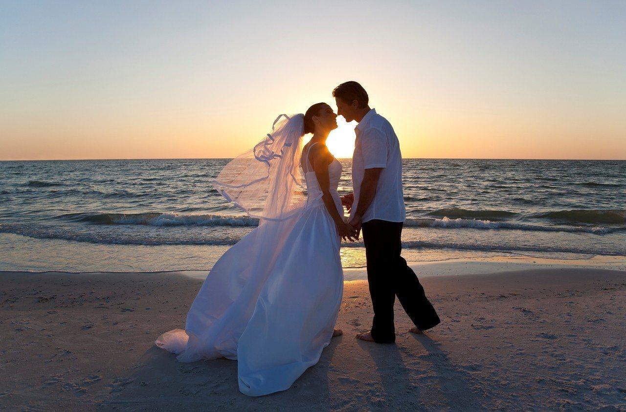 內政部表示,今年情人節是2019214,諧音「愛你依舊愛一世」,當天全台結婚對數...
