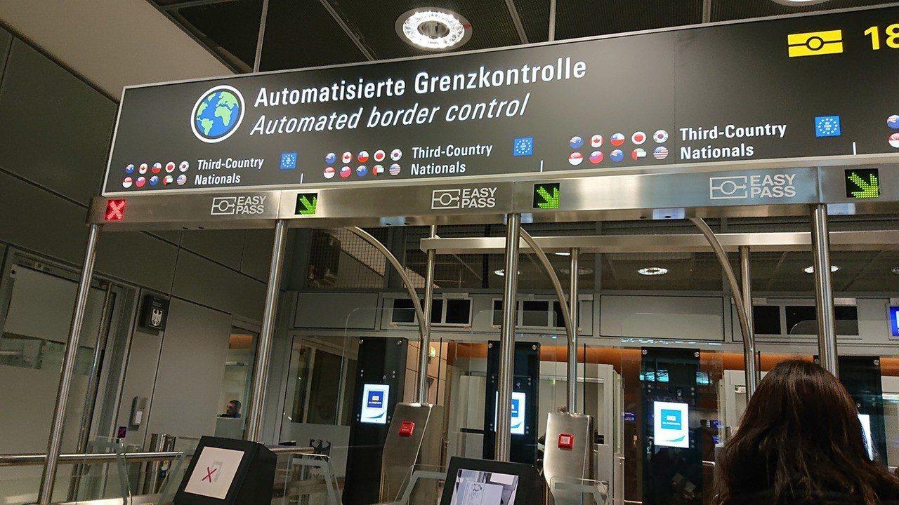 德國法蘭克福機場自動通關待遇的通道看板上,國旗圖示15日恢復。 中央社(網友提供...