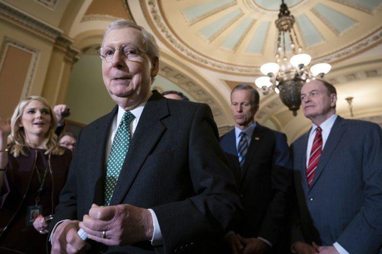參院多數黨領袖麥康諾(右三)14日和川普總統通完電話後表示,川普會簽署開支法案,...