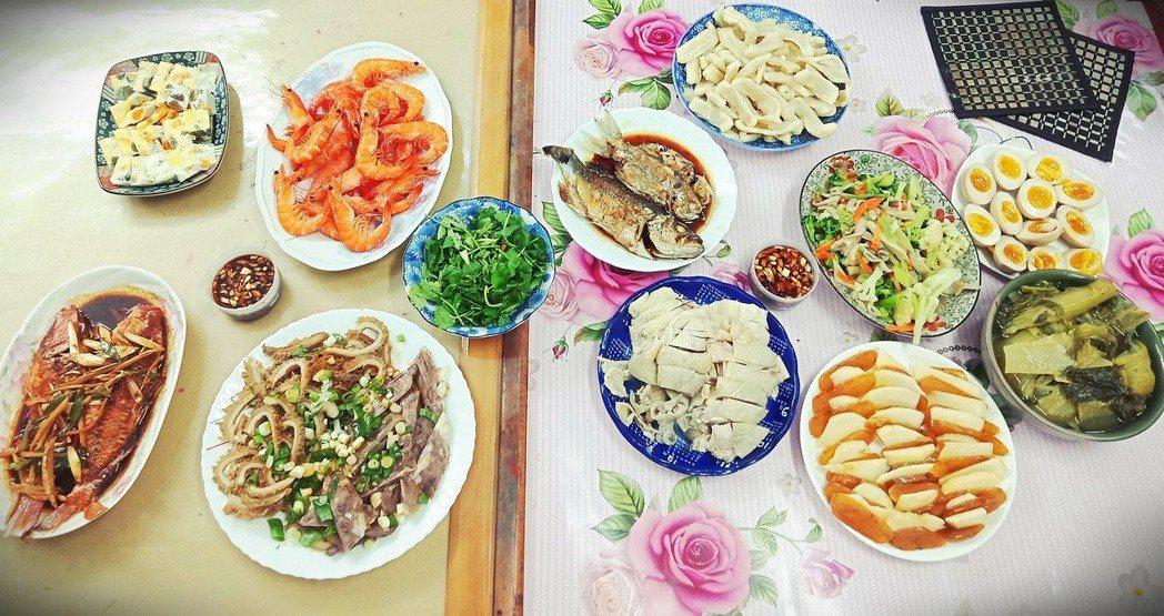 漁村媽媽三兩下就煮好一頓簡單而豐盛的年夜飯。圖/鄭雅嬬提供