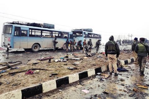 印度掌控的「喀什米爾」地區——14日下午爆發嚴重的自殺攻擊事件,至少44人死亡。...