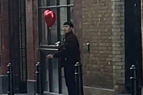 英國網紅Snatchy常會在社群網站分享隨機整人,或是測試路人反應的有趣影片,昨(14)日情人節,他也分享了短片,片中只見一名站在街邊的亞洲男子看似在檢查相機中的照片,於是他靠近該男子並送上手中的愛...