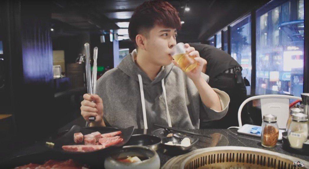 陳吉米3週前才分享生活影片,開心與學妹一起吃晚餐。圖/擷自YouTube