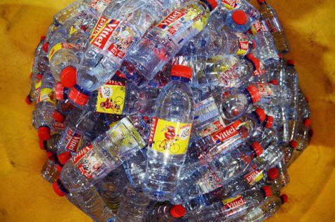 市民認為「獲取乾淨的飲用水是人權」;雀巢主張其有權合法生產飲用水日需品並捍衛商譽...