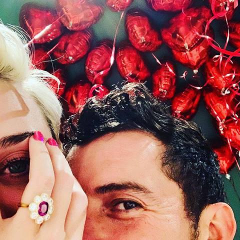 凱蒂佩芮與奧蘭多布魯戀愛多年,一度分合,今小倆口傳出喜訊,最先曝光好消息的是凱蒂的媽媽,凱蒂媽在臉書曝光兩人浪漫相擁的照片,以及婚戒,並寫道「看看是誰在情人節訂婚了」。而男主角奧蘭多布魯也透過IG分...
