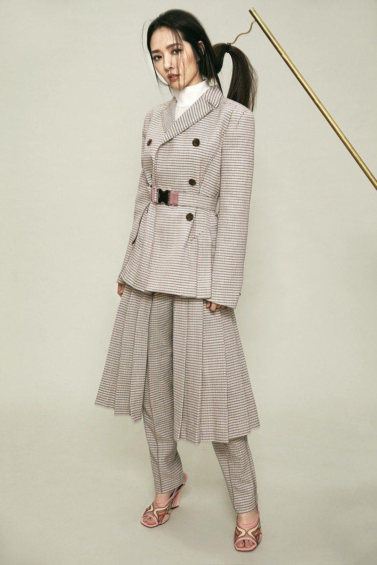 格紋西裝外套、針織高領上衣、百摺半身褲裙、粉色低跟鞋,all by Fendi。...