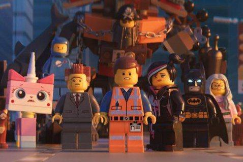 「樂高玩電影」的影迷們等待多年,在拍了兩部外傳電影「樂高蝙蝠俠電影」、「樂高旋風忍者電影」,今年總算帶來新片「樂高玩電影2」,照樣是天馬行空,照樣是風格酷炫,我們最愛的樂高玩具,繼續引領我們展開大冒...