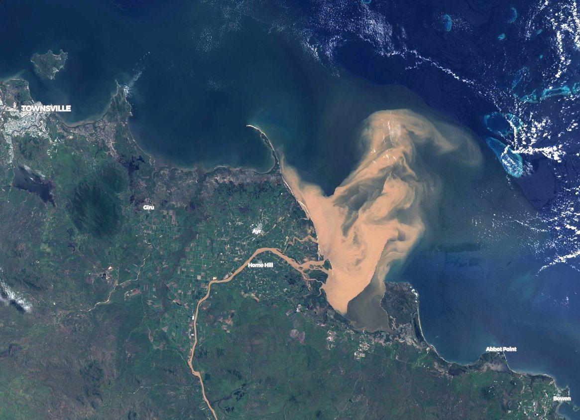 美國太空總署的衛星照片顯示,澳洲東北部昆士蘭海岸的泥水侵襲大堡礁外圍。翻攝自澳洲...