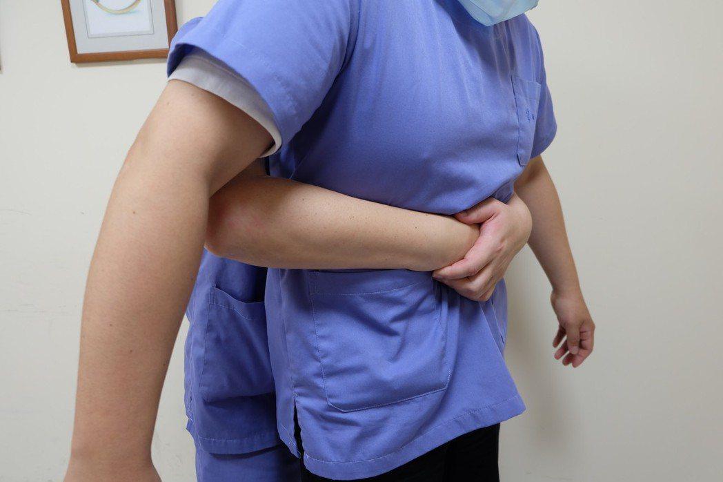 宜蘭縣羅東博愛醫院指出,哈姆立克法正確的施作,應站在患者正後方,用手環抱患者腹部...