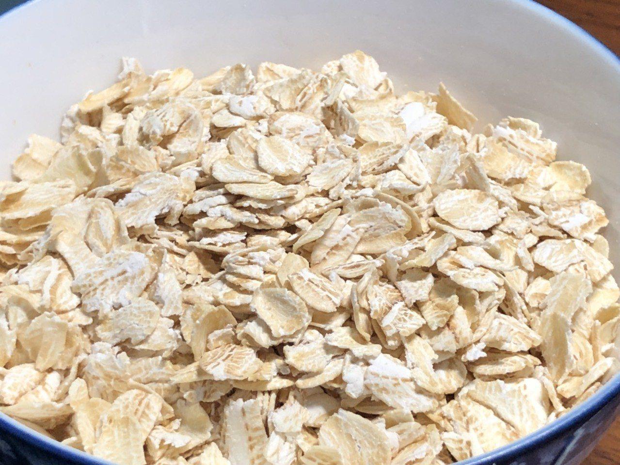 燕麥被視為健康食品,但餐餐靠燕麥減重,反而會攝取過多熱量,反使體重增加。記者江良...