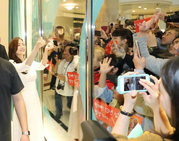 朴敏英在拍攝的空擋親切地與櫥窗外的粉絲一一以手指愛心打招呼。圖/記者陳立凱攝影