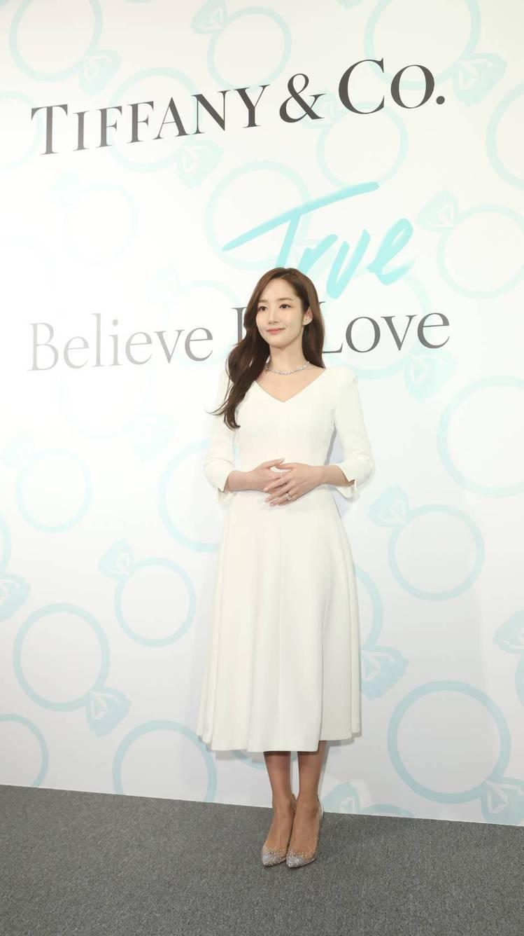 「金秘書」朴敏英一身簡約白色洋裝出席Tiffany True定情鑽戒新品發表會。...