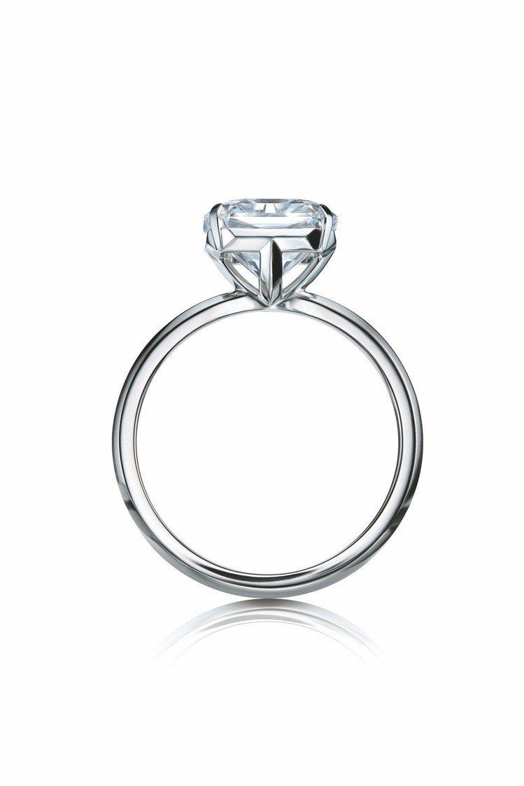 Tiffany True 鉑金鑲嵌白鑽戒指,戒台側面藏有低調的T字記號。圖/TI...