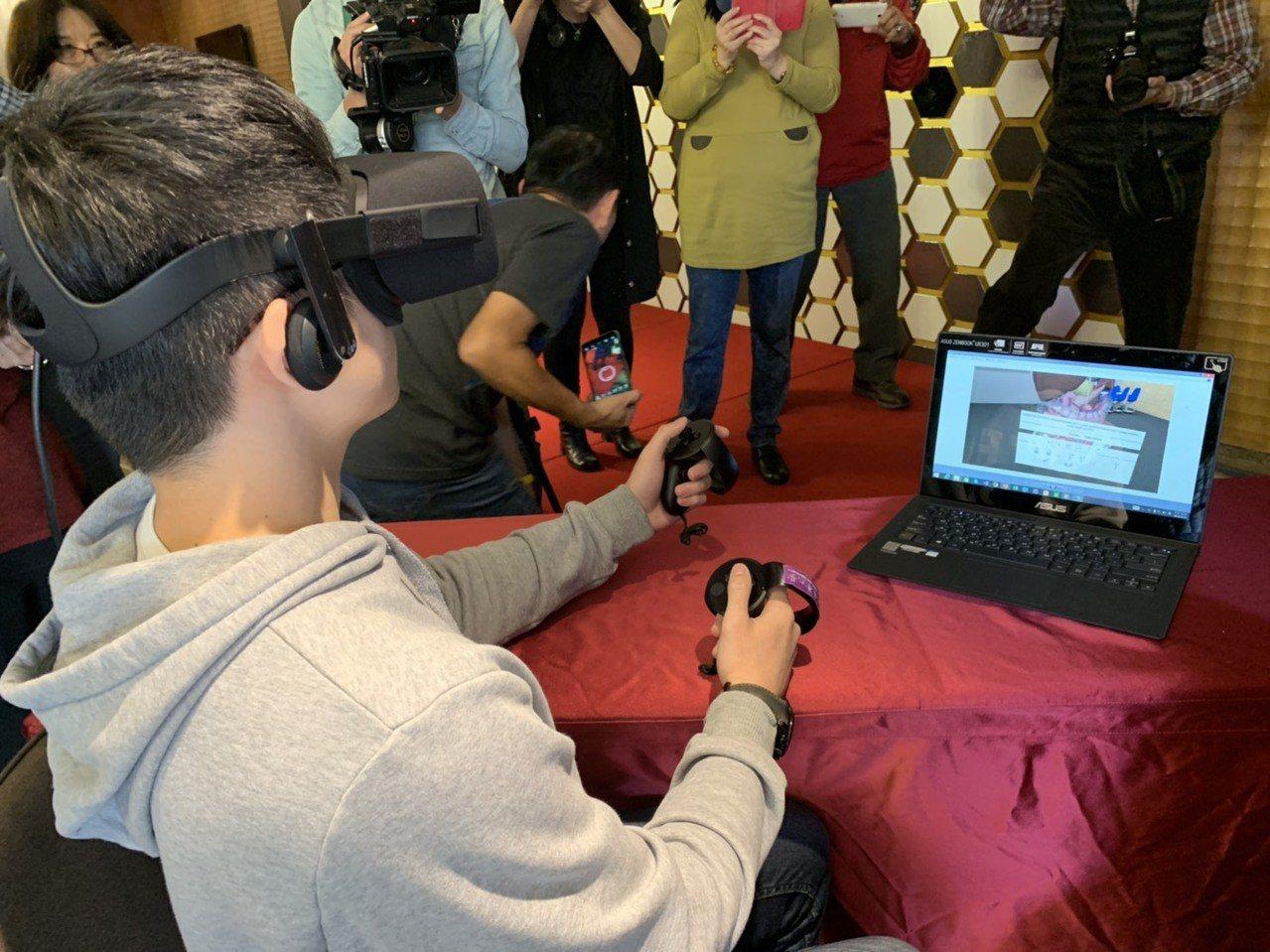 清華學生使用頭戴式VR眼罩及手持式搖桿就可以放大、縮小及旋轉檢視人體器官細節。記...