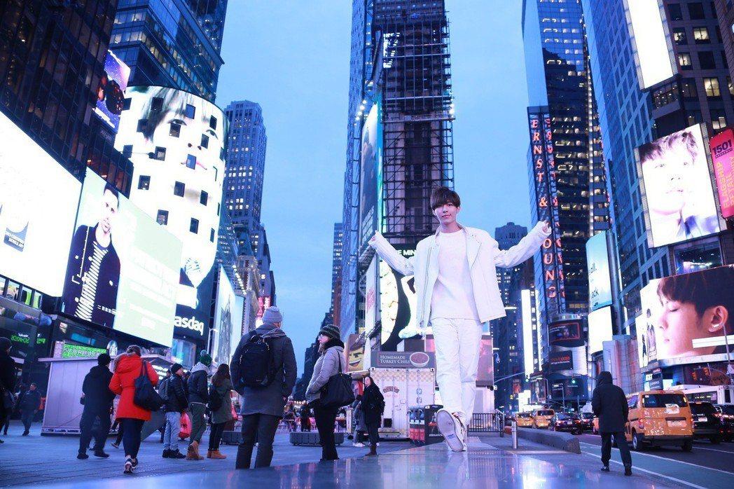 炎亞綸的影像登上美國紐約時代廣場大屏幕。圖/華研提供