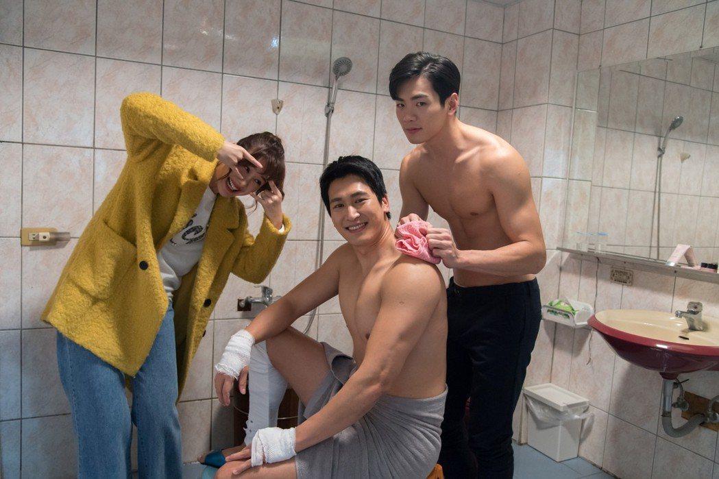禾浩辰(右)幫邵翔洗澡搓背  圖/三立提供