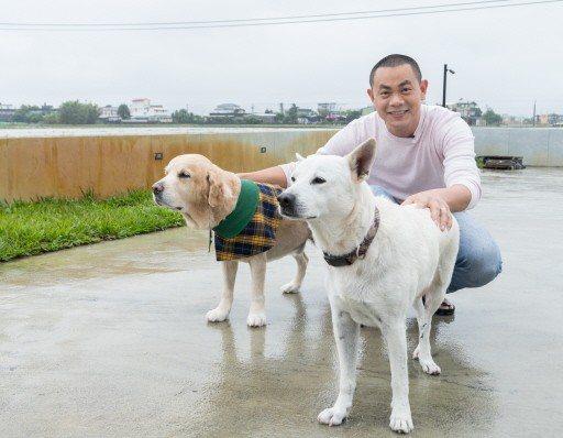 江振誠與狗狗。攝影/記者陳立凱