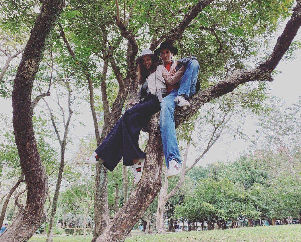王力宏(右)和老婆李靚蕾在大安森林公園裡爬樹,留下親密合照。圖/宏聲音樂提供