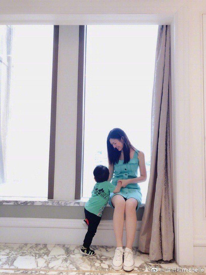 陳妍希到哪都將2歲兒帶在身邊。拍戲也不例外。圖/摘自微博