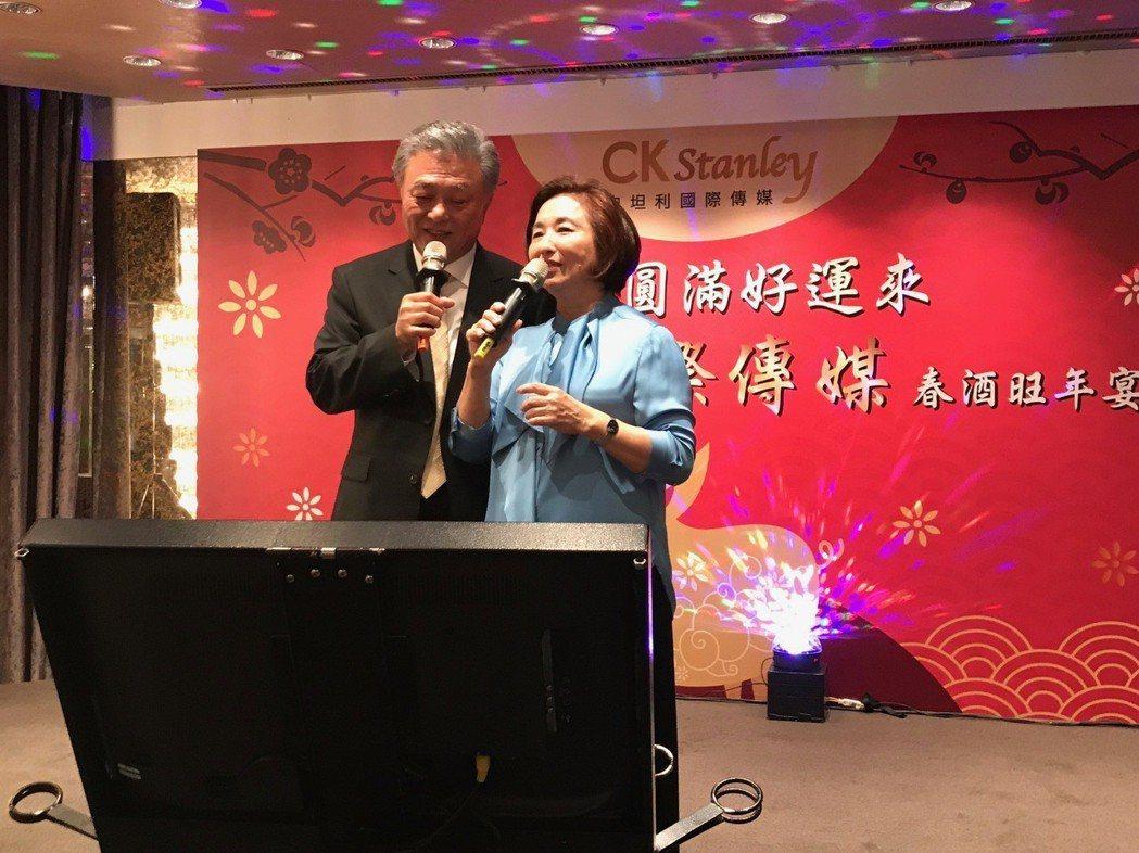 史坦利國際傳媒董事長陳剛信偕夫人出席春酒晚會,台上深情對唱。圖/TVBS提供