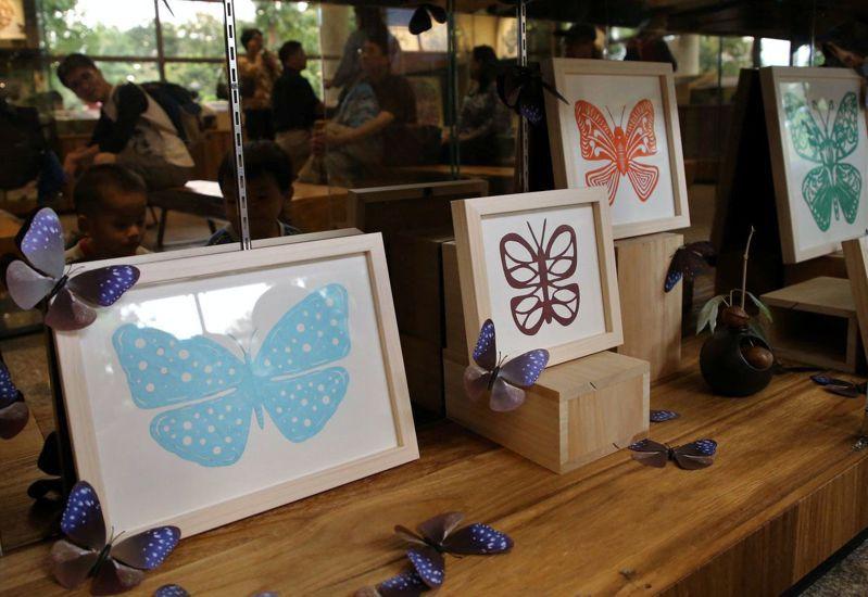 南台科大師生在茂管處展出剪紙蝶作品。圖/曾碧卿提供