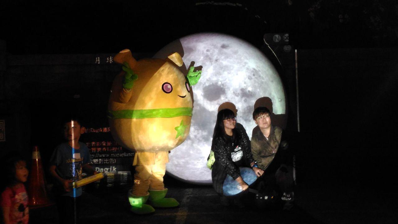 民眾可與月球立體投影合照。圖/天文館提供