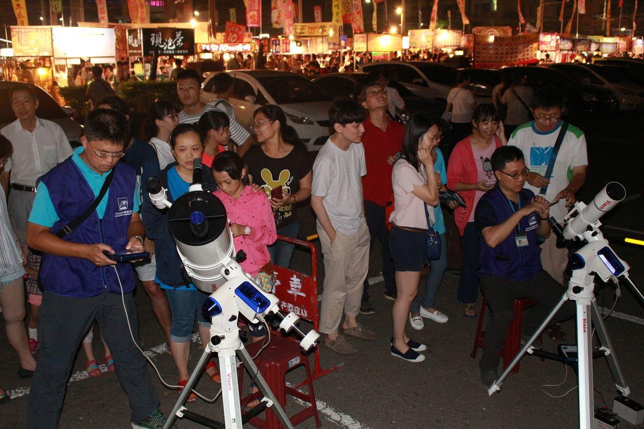 現場架設望遠鏡供民眾觀月及拍照。圖/天文館提供